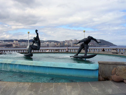 estatuasurfistas2_420.jpg